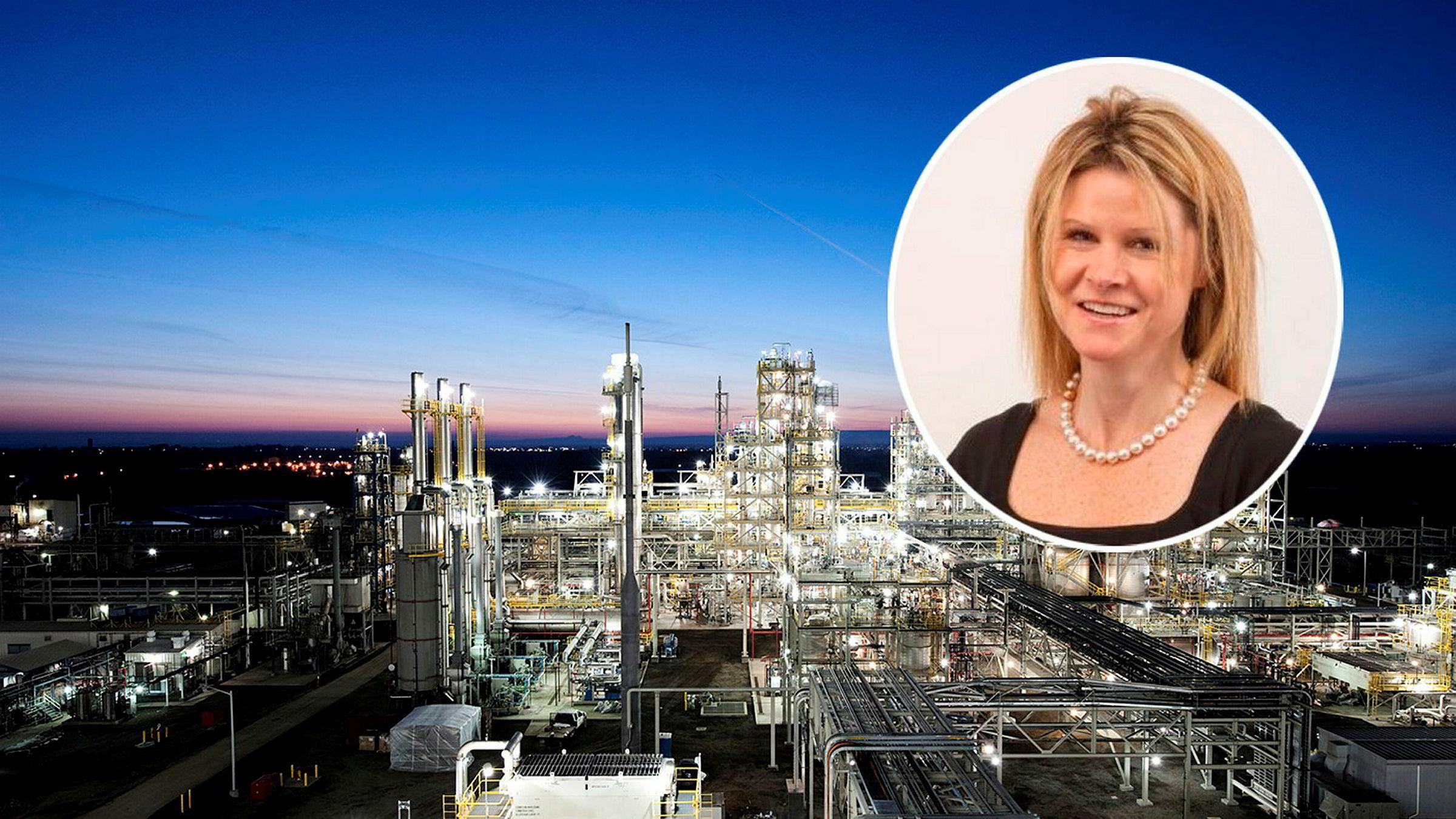 Francine Sullivan (innfelt), direktør for forretningsutvikling i Rec Silicon, er fornøyd med innsatsen Trump-administrasjonen har lagt ned for å få i land en avtale. I bakgrunnen er Recs foreløpig stengte silisiumsfabrikk i Moses Lake i USA, som er verdens største av sitt slag.