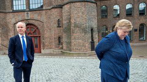 Statsminister Erna Solberg og finansminister Jan Tore Sanner holder fortsatt god avstand til hverandre, også utenfor Statsministerens kontor.