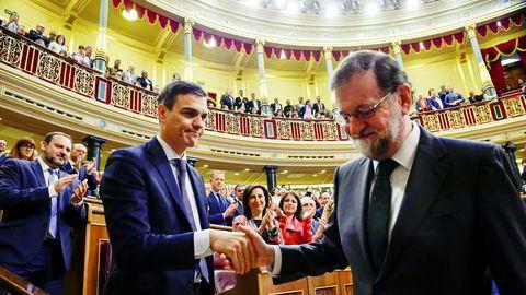 – Det har vært en ære. Lykke til videre, sa Mariano Rajoy (til høyre) fra talerstolen i parlamentet i Madrid, før han raskt trykket hånden til Spanias neste statsminister Pedro Sánchez og gratulerte.