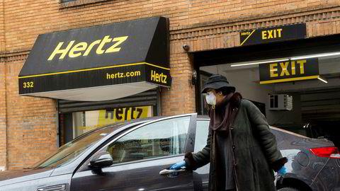 En lege i New York henter bil hos Hertz. Bilutleieren tilbød helsepersonell i New York gratis billån under den mest alvorlige perioden i koronautbruddet som rammet byen. Betalende kunder har det vært færre av.