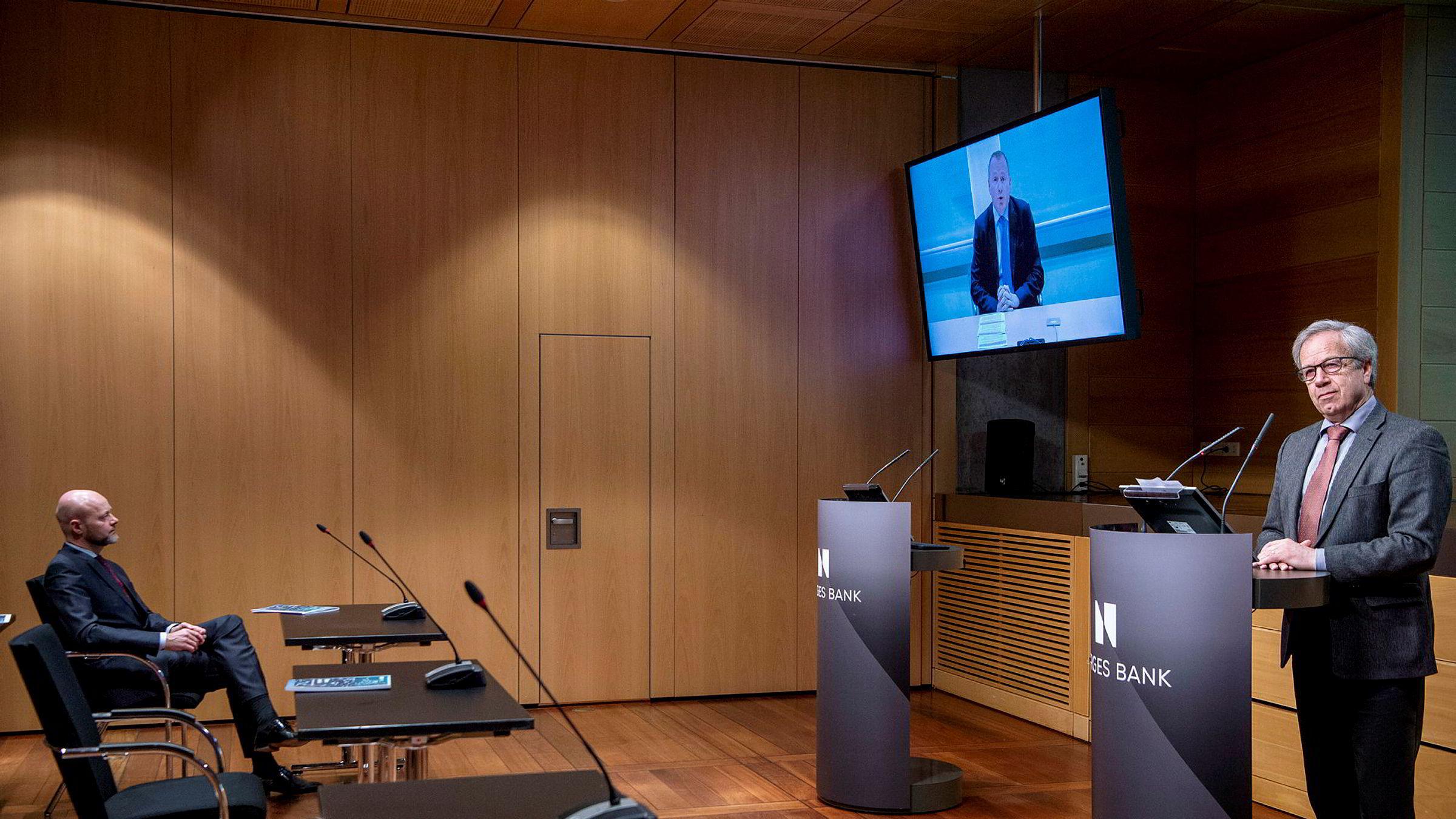 Øystein Olsen (til høyre) må svare på en rekke spørsmål knyttet til ansettelsen av Nicolai Tangen (på skjerm) som ny sjef for Oljefondet. Avtroppende sjef Yngve Slyngstad undersøkes av Norges Banks avdeling for etterlevelse av det etiske regelverket.