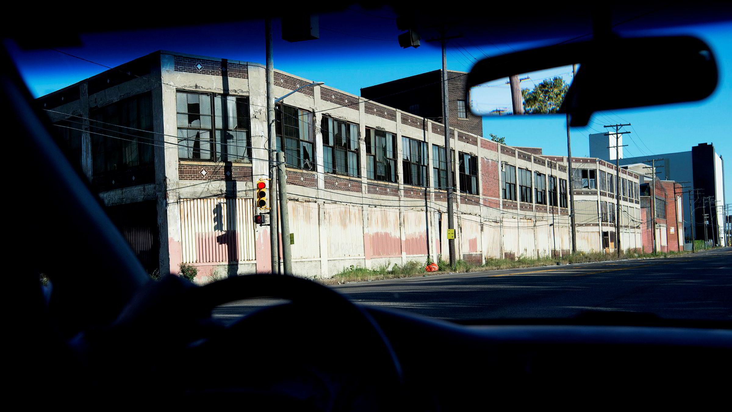 Industriarbeiderne i det amerikanske rustbeltet kunne ikke lenger pakke bilen og dra mot vest, for det var like ille der, skriver Victor D. Norman i kronikken. Det forlatte fabrikkbygget på bildet står i Detroit i USA.