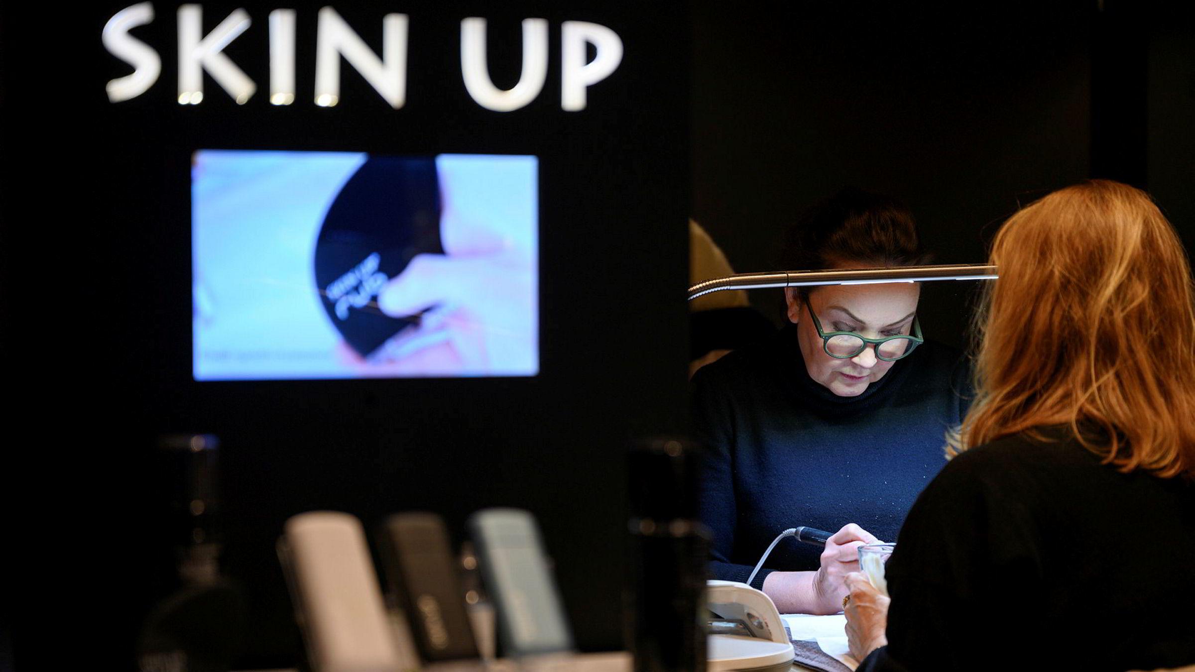 Elisabeth Lein Oksvik (50) selger deler av Beth's Beauty, men hun skal fortsette å jobbe med kundenes negler.