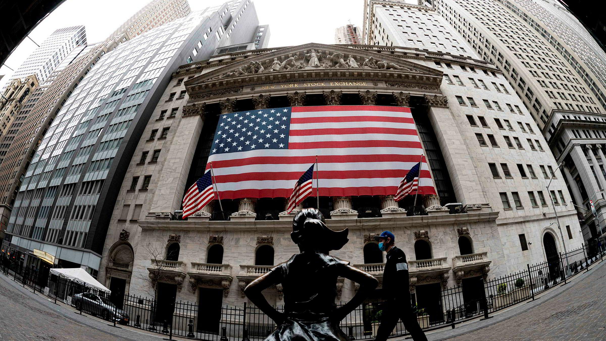 Utenfor New York Stock Exchange står «den fryktløse jenta». Statuen ble først oppført foran den ikoniske oksestatuen i anledning kvinnedagen i 2017 for å sende en beskjed om mangfold og oppfordre selskaper til å rekruttere kvinner til styrer og lederstillinger. Statuen ble senere flyttet slik at den står tvers over gaten for inngangen til New York-børsen.