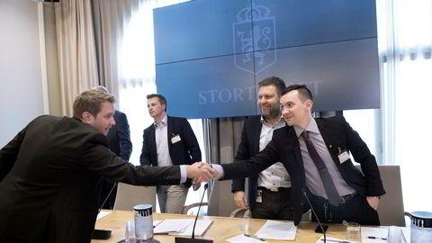 Daglig leder i Babcock, Marius Hansen (til venstre), og Lufttransport-sjef Frank Wilhelmsen (nummer to fra høyre) forklarte seg begge under høringen i Stortinget torsdag. Her hilser Hansen på personalsjef Remi Iversen i Lufttransport.