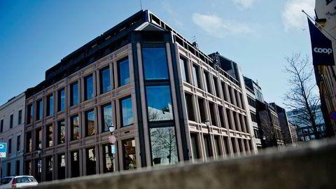 Norges Banks etiske regelverk sier at det ikke kan foreligge interessekonflikter, sågar ikke engang mistanke om interessekonflikt, skriver artikkelforfatterne.