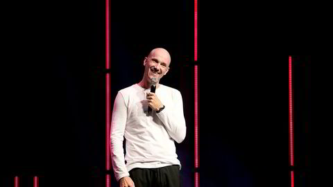 En god latter forlenger summen på bankkontoen til Dagfinn Lyngbø. Her på Ole Bull Scene i Bergen med forestillingen «Supersmud».