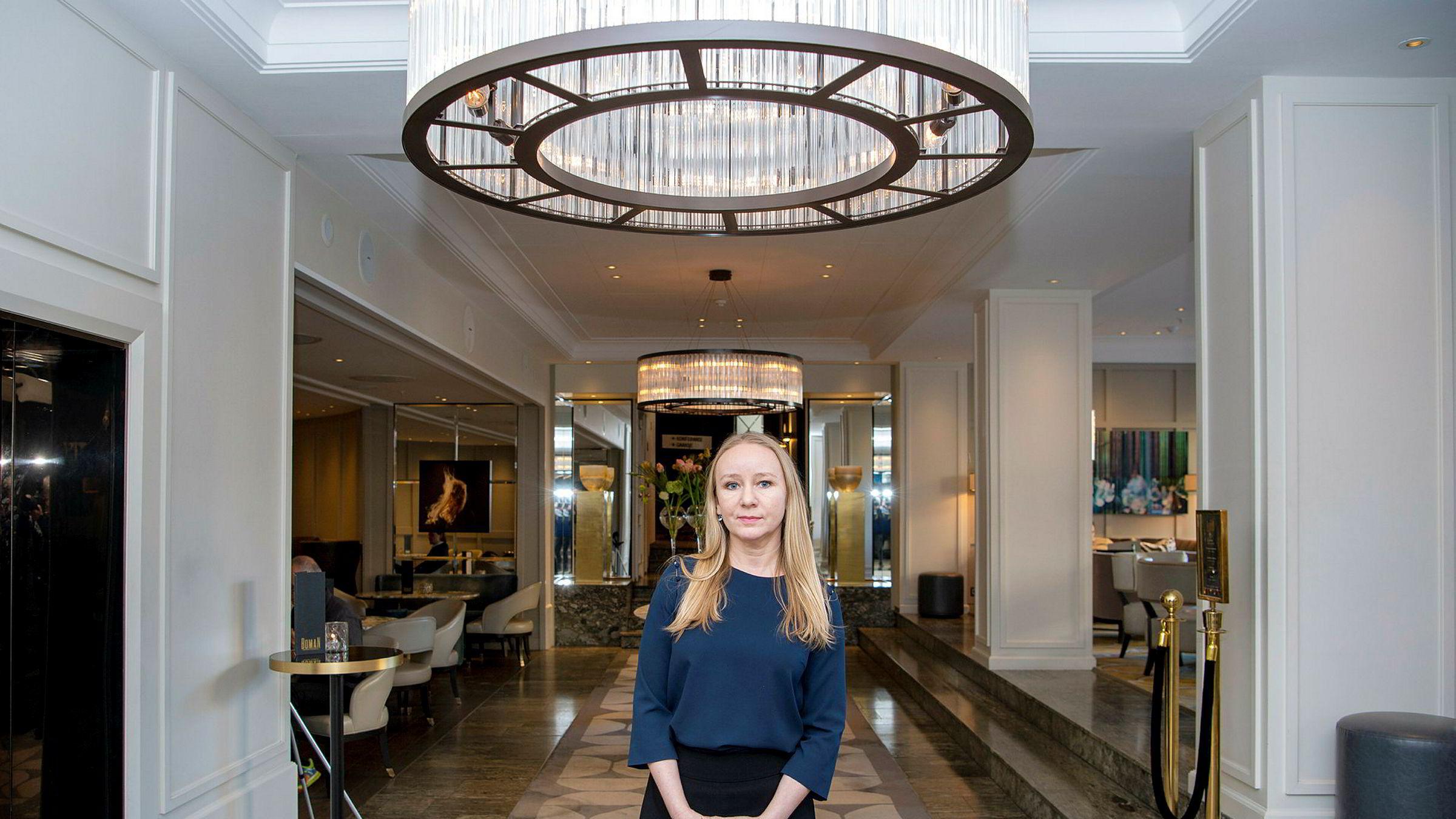 Det blir stadig stillere i resepsjonsområdet på det tradisjonsrike luksushotellet Continental i Oslo. Hotelldirektør Nina Brandanger må erkjenne at antall gjester nå er halvert og brorparten av rommene står tomme.