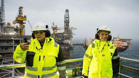 Statsminister Erna Solberg og Sylvi Listhaug var tirsdag på åpningen av Johan Sverdrupfeltet i Nordsjøen. Turen hjem fra Stavanger går med bil på grunn av brannen på Sola.