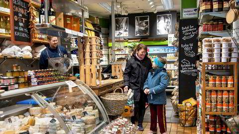 Beate Karlsen og datteren Karla Solberg (8) forsøker å holde en nøktern livsstil under koronakrisen, men må skeie litt ut med god mat. Her besøker de Jan-Helge Trones Gjerde på gourmetbutikken Gutta på Haugen.