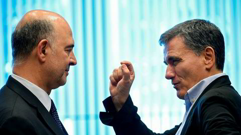 - Det er et historisk øyeblikk. Den greske krisen er over her i Luxembourg i kveld, sier EUs finanskommissær Pierre Moscovici(t.v.), her i samtale med den greske finansministeren Evklid Tsakalotos.