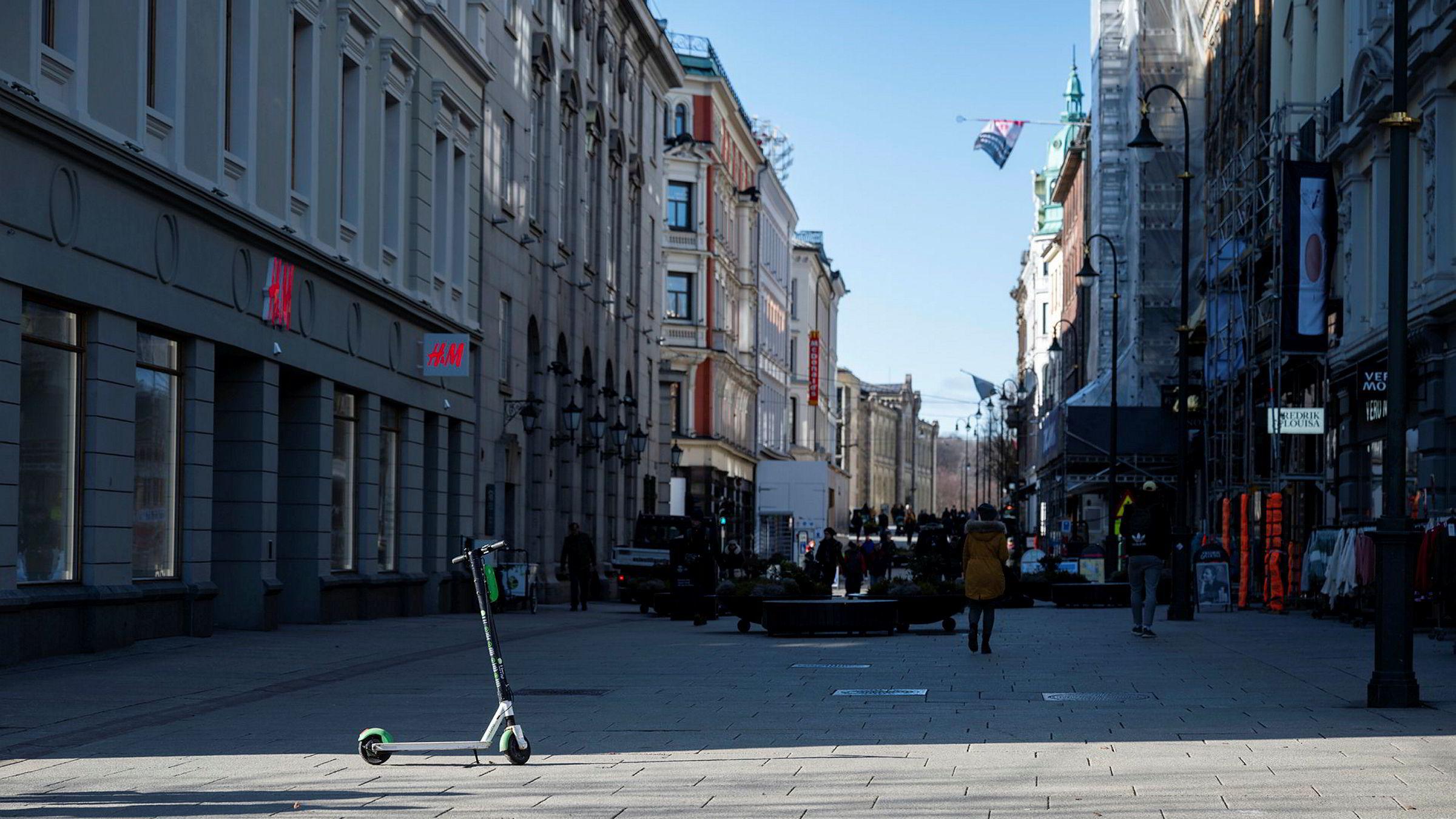 Flere serveringssteder holder stengt og det er mindre folk i Oslo sentrum enn en vanlig fredag etter at Folkehelseinstituttet rådet folk til å holde seg hjemme i forbindelse med koronautbruddet. Lite folk på Karl Johan.