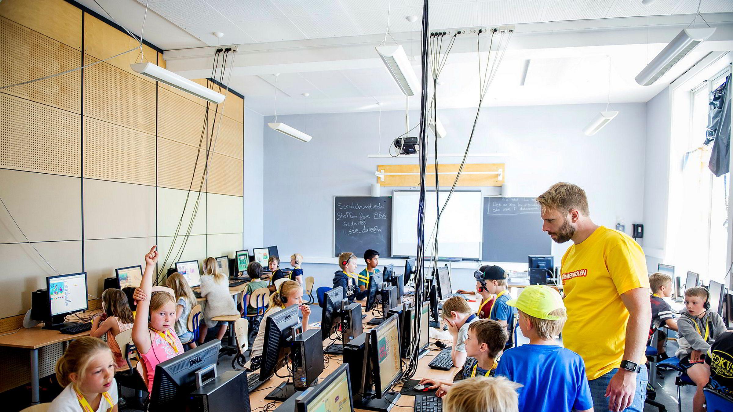 Svært mange lærere trenger å lære de grunnleggende prinsippene for programmering, samt å få faglige opplegg som fungerer godt i klasserommet, skriver artikkelforfatteren. Her fra sommerskolens kodekurs for 3. og 4. klasse på Kampen skole i Oslo.