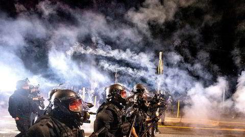 Ordføreren i Portland i Oregon har gitt politiet i byen beskjed om å droppe bruken av CS-gass mot demonstranter umiddelbart.