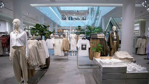 For klær og tekstiler er det ingen enighet om hva som belaster miljøet mye eller lite, ingen informasjonsordninger om levetid, i tillegg til store miljøproblemer som for eksempel mikroplast, skriver artikkelforfatterne.