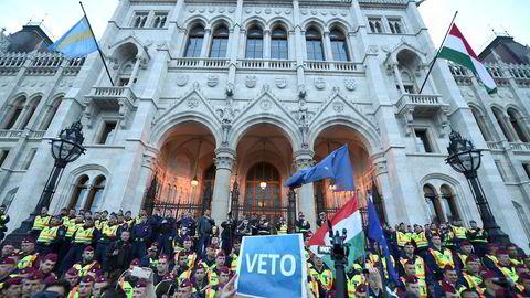 Myndighetene vil få befolkningen til å tro at jeg er en fiende av Ungarn, skriver Soros. Her fra demonstrasjon mot Soros den 4. april i år i Budapest, Ungarn.
