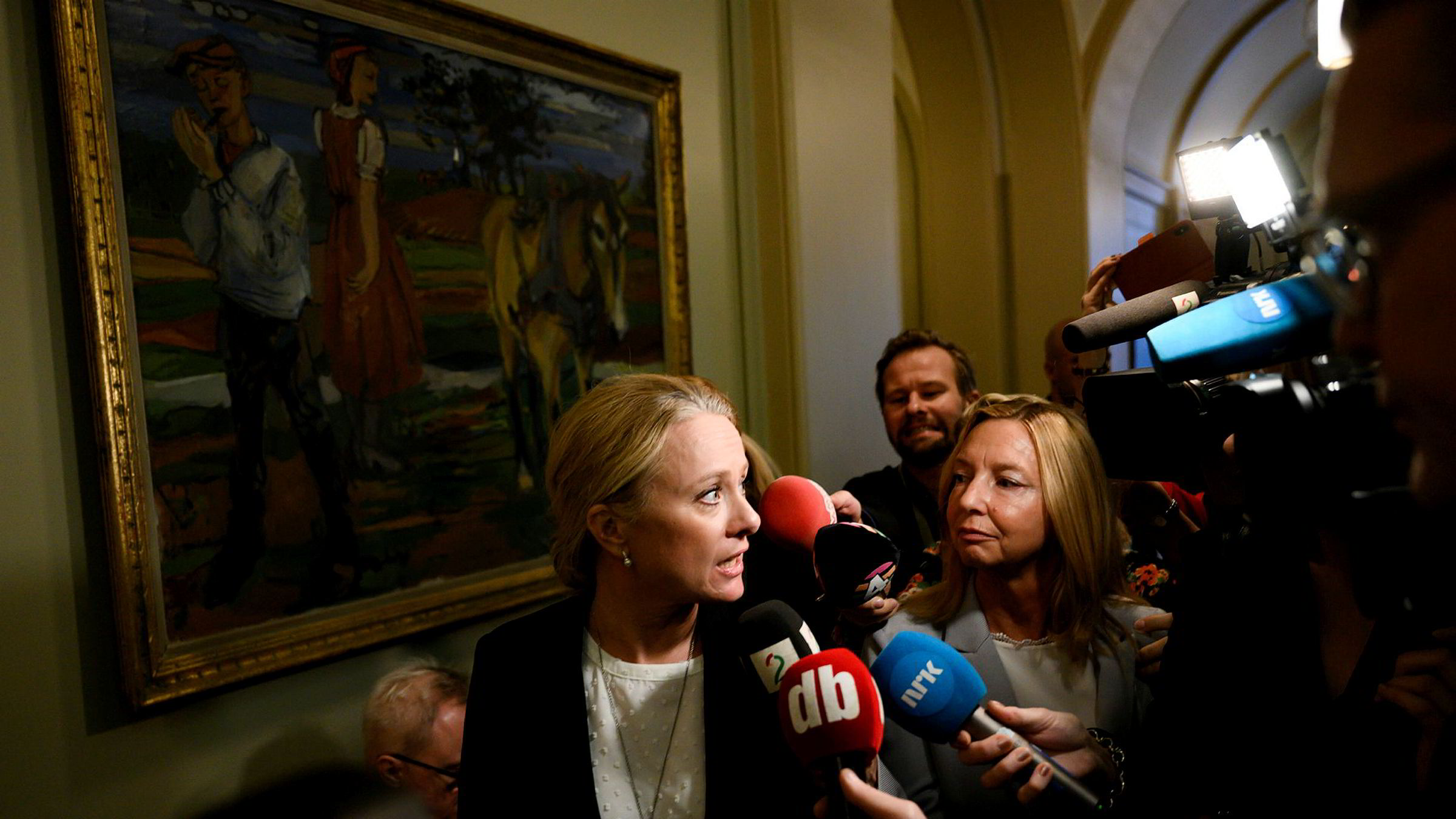 Arbeids- og sosialminister Anniken Hauglie ble forfulgt av mikrofoner på vei inn i stortingssalen for å redegjøre om Nav-skandalen.