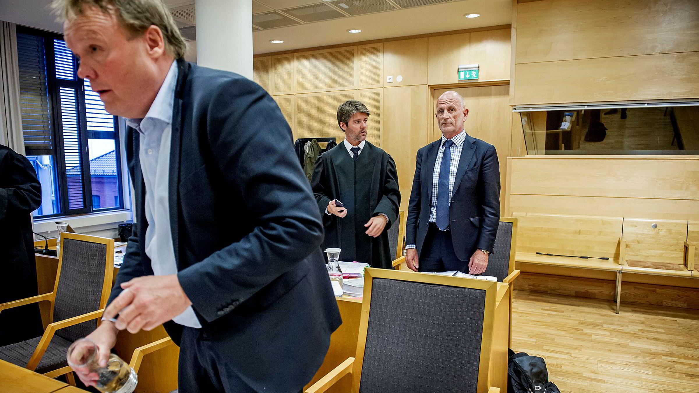 Peter Warren (fra høyre) er blankt frifunnet for å ha bidratt til tap av konsesjonen og påfølgende verditap i selskapet han selv var med å etablere, Warren as. Her sammen med Øyvind Tvilde og advokat Nils Henrik Varmann Jørgensen.
