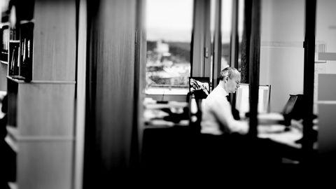 Myndighetene oppfordrer til at flere skal stå lenger i arbeid, men sørger nå for at mange arbeidstagere og selvstendig næringsdrivende over 67 år, for eksempel frisører og tannleger, tvinges ut av arbeidslivet, skriver Erik Råd Herlofsen, her på sitt kontor i et bilde fra 2012.