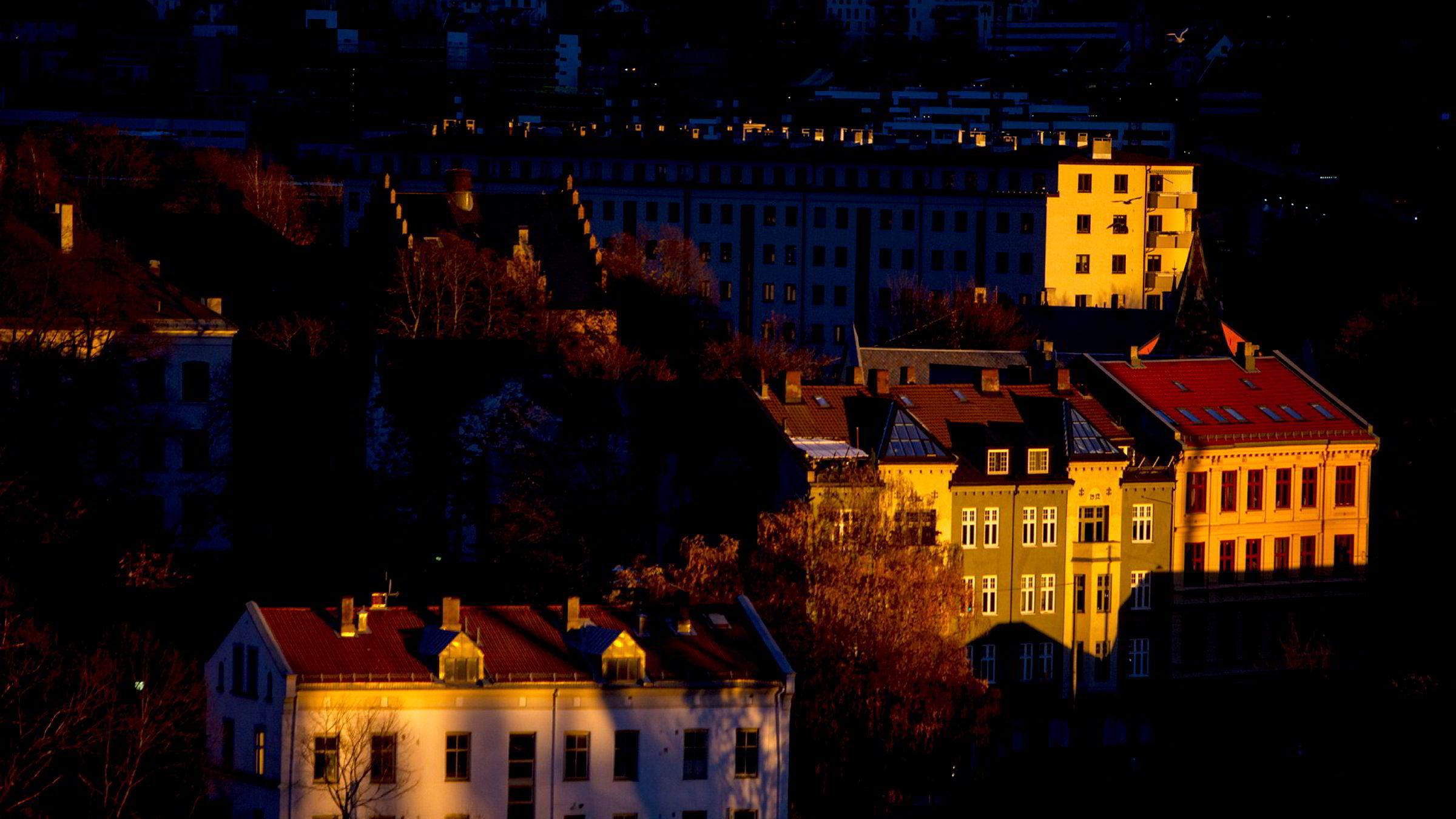 Nordmenn setter eiendom høyt, så høyt at boligprisene på ti år har vokst dobbelt så mye som lønnsøkningene, skriver artikkelforfatteren.