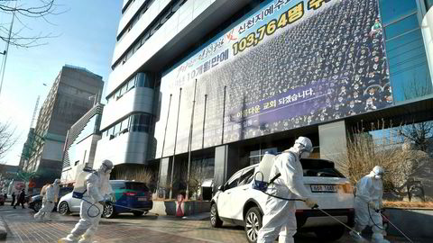 En superspreder i den sørkoreanske storbyen Daegu har smittet minst 39 mennesker med koronaviruset. Myndighetene frykter massespredning og har iverksatt krisetiltak.