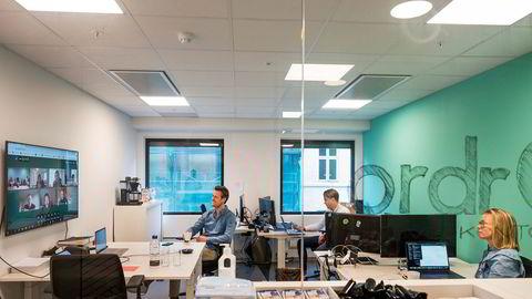 Sjef i Ordr, Edwin Fjeldtvedt, med de ansatte Eirik Versto og Karoline Loland. Selskapet har vokst under korona, men de ansatte har knapt møtt hverandre.