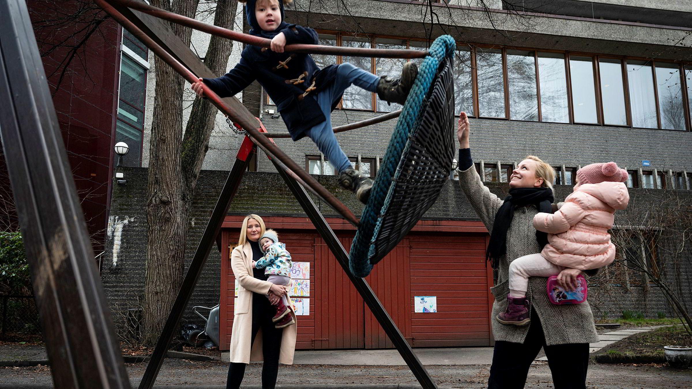 Foreldrene til de 40 barna i Hydroparken barnehage frykter at barnehagen legges ned i august. – De ansatte og barna er de store taperne her, sier Marita Hagen (til venstre) sammen med Thea (2). Til høyre Heidi Kase (33), forelder til Kasper (5) (foran) og Sofi (3).