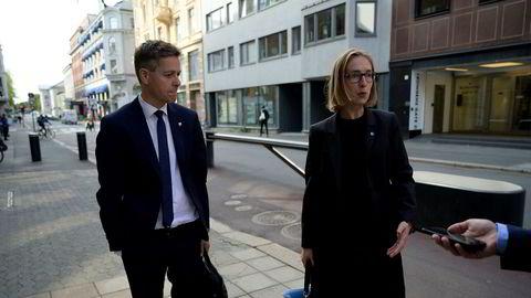 Samferdselsminister Knut Arild Hareide (KrF) og næringsminister Iselin Nybø (V) på vei inn i møte om krisehjelp til flybransjen. Partiene snekrer nå nye stortingsvalgprogrammer.