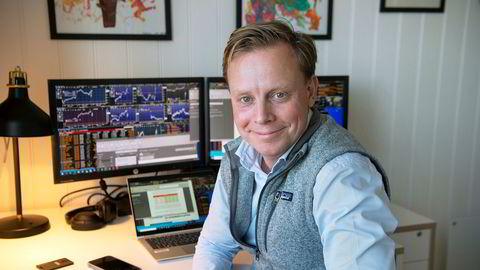 Christoffer Aaser-Stene, aksjemegler i DNB Markets, var oppe klokken 03.00 for å følge valget i USA. Han mener aksjemarkedet vil være avventede inntil et endelig valgresultat er på plass.