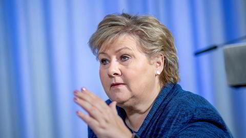 Statsminister Erna Solberg får kritikk av leger og sykepleiere etter å ha bestilt 1000 Petter Smart-respiratorer.
