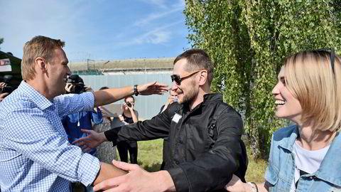 Russlands opposisjonsleder Aleksej Navalnyj (t.v.) omfavner sin lillebror Oleg som fredag ble løslatt etter å ha sonet 3,5 år i fengsel for svindel, en dom de mener var politisk motivert.