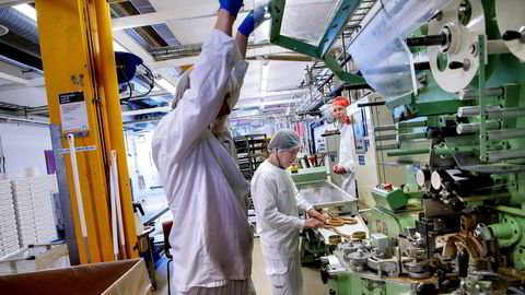 Sjef i Orkla Jaan Ivar Semlitsch (bakerst) besøker NIDAR-fabrikken i Trondheim.