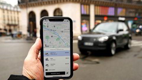 Sjåførene som benytter seg av vår app, er ikke forpliktet til å akseptere forespørsler. I tillegg er de heller ikke forpliktet til å kun benytte seg av Ubers app. De er sin egen sjef, skriver Ubers Robert Torvelainen i innlegget. Her ser vi Ubers app i bruk i Paris.