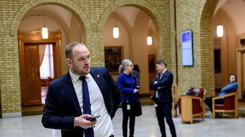 Jon Georg Dale har gått tilbake til Stortinget. Nå vil han ha Erna Solberg og Tina Bru på banen.