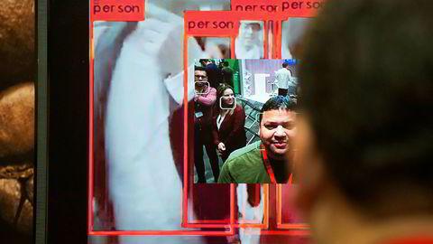 Menneskerettsorganisasjoner og Amazons egne ansatte har lagt press på selskapet for å sette en stopper for salg av AI-teknologi og programvare til myndighetene, og påpeker at det både kan bli brukt til å bryte folks rett til privatliv og til å gå etter minoriteter.