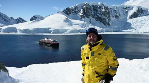 Hurtigruten-sjef Daniel Skjeldam med skipet MS «Roald Amundsen» i bakgrunnen. Bildet er fra South Shetland Islands i Antarktis i november 2019, noen måneder før koronaen.