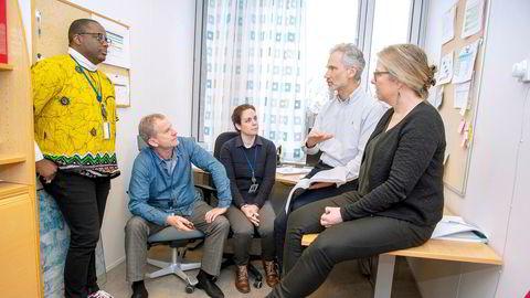 Atter et spontant møte hos Cepi, det er blitt mange av dem de siste ukene. Fra venstre: Henshaw Mandi, Johan Holst, Carolyn E. Clark, nestleder Frederik Kristensen og Bjørg Dystvold Nilsson.