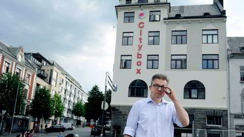 – Krisen kom på det verst tenkelige tidspunktet for oss, sier Martin Smith-Sivertsen, hovedeieren av hotellkjeden Citybox. Her utenfor hotellet i Bergen sentrum.