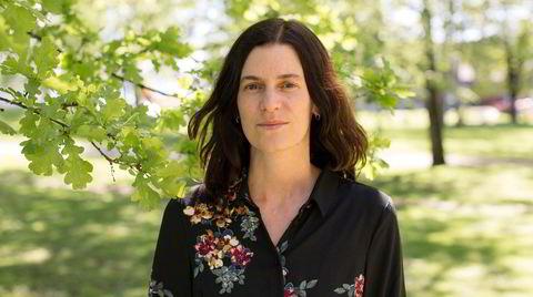 Marte Qvenild jobber i Forskningsrådet og har gått på Aschehougs forfatterskole. I fjor debuterte hun med boksingelen «Håper det går bra», og nå overbeviser hun med romanen «Sommerfesten».