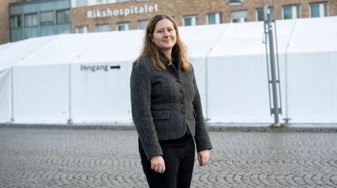 Gunnveig Grødeland, immunolog og seniorforsker ved Oslo universitetssykehus, mener Norge vil lykkes med å distribuere vaksinen. Selv om det blir knotete, har vi ressursene som kreves. Verre blir det utenfor Europa og deler av USA, tror hun.