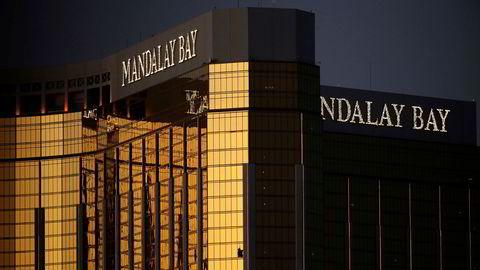Fra de knuste vinduene på kasinohotellet Mandalay Bay skal Stephen Paddock ha skutt og drept 59 mennesker.