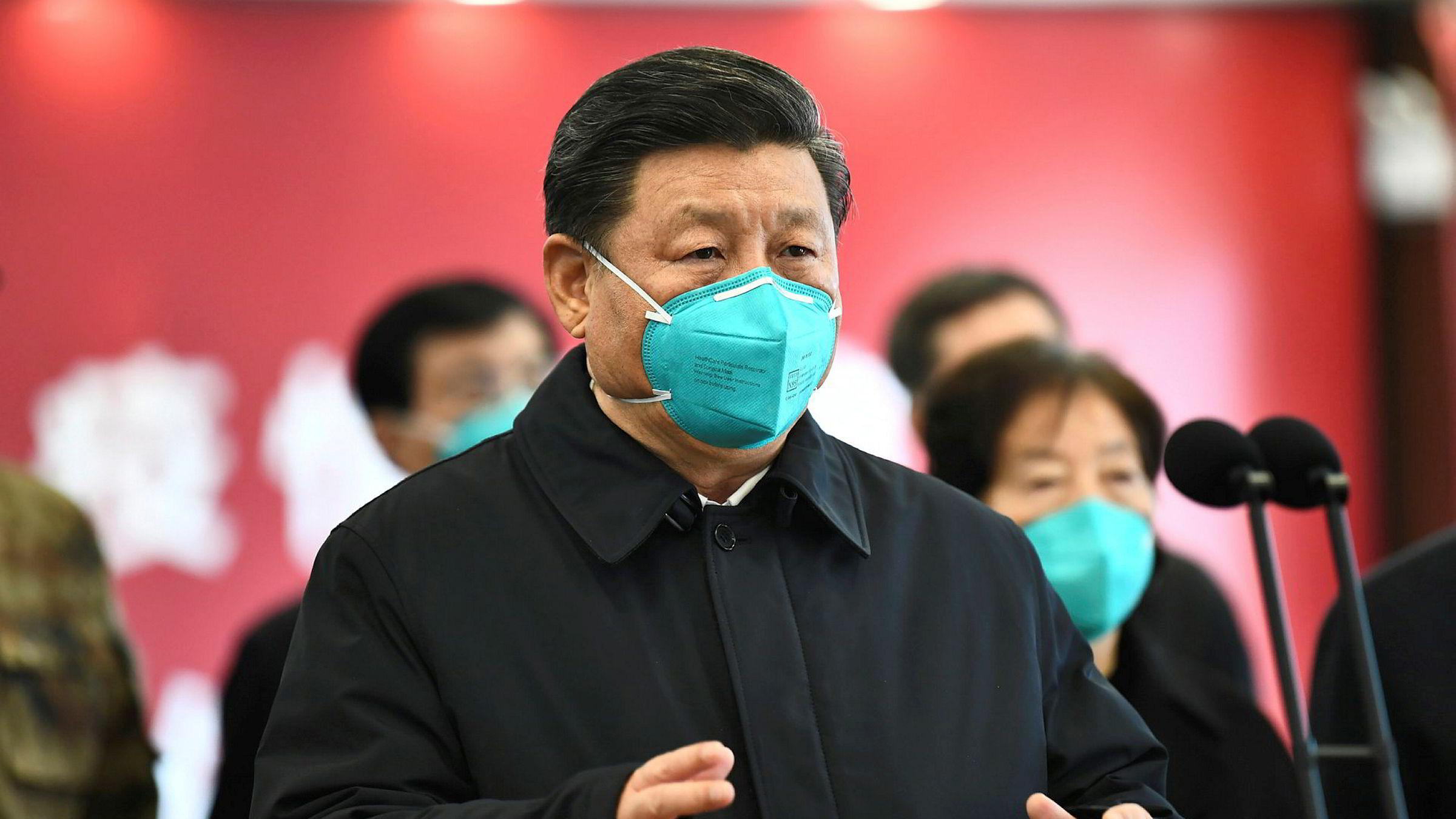 Kina overrakte offisielt tirsdag medisinsk utstyr til New York og uttalte at tiden er inne for samarbeid, ikke polarisering. På bildet er Kinas president Xi Jinping da han talte til helsearbeidere og pasienter ved et sykehus i mars.