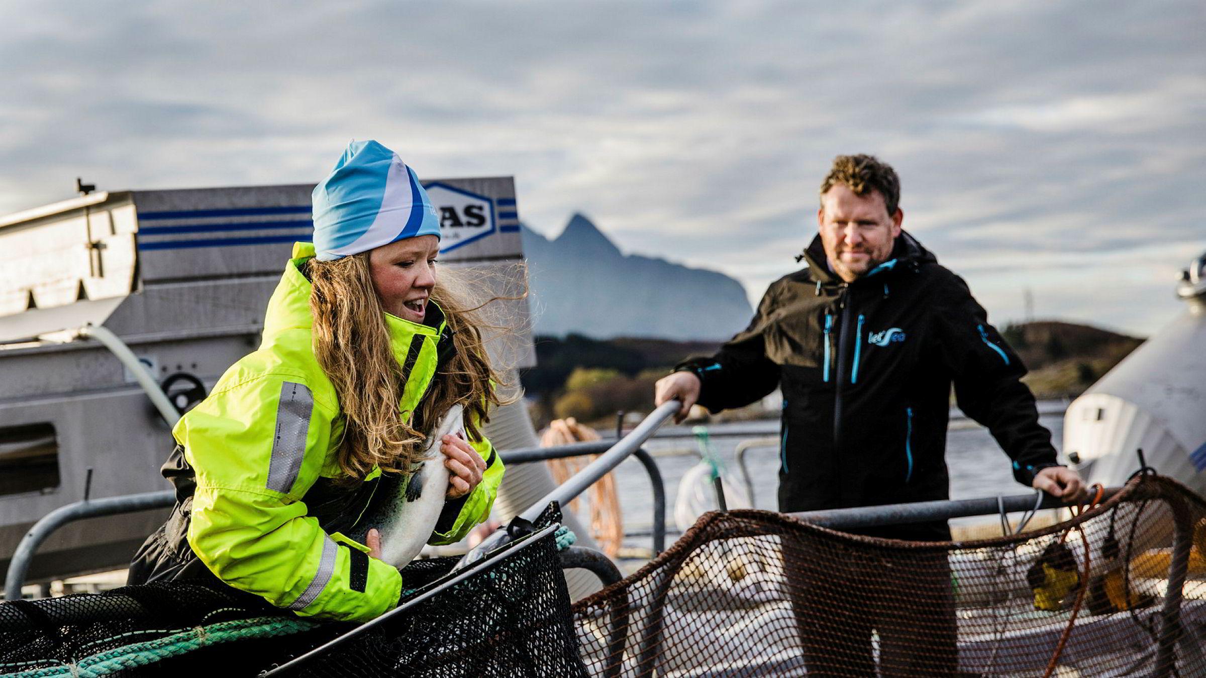 Henriette Hanssen, avdelingsleder på forsøksstasjonen Solfjellsjø og Kristian Johnsen, daglig leder i Letsea, er gasellevinner i Nordland, i år som i fjor. Foto: Per Thrana