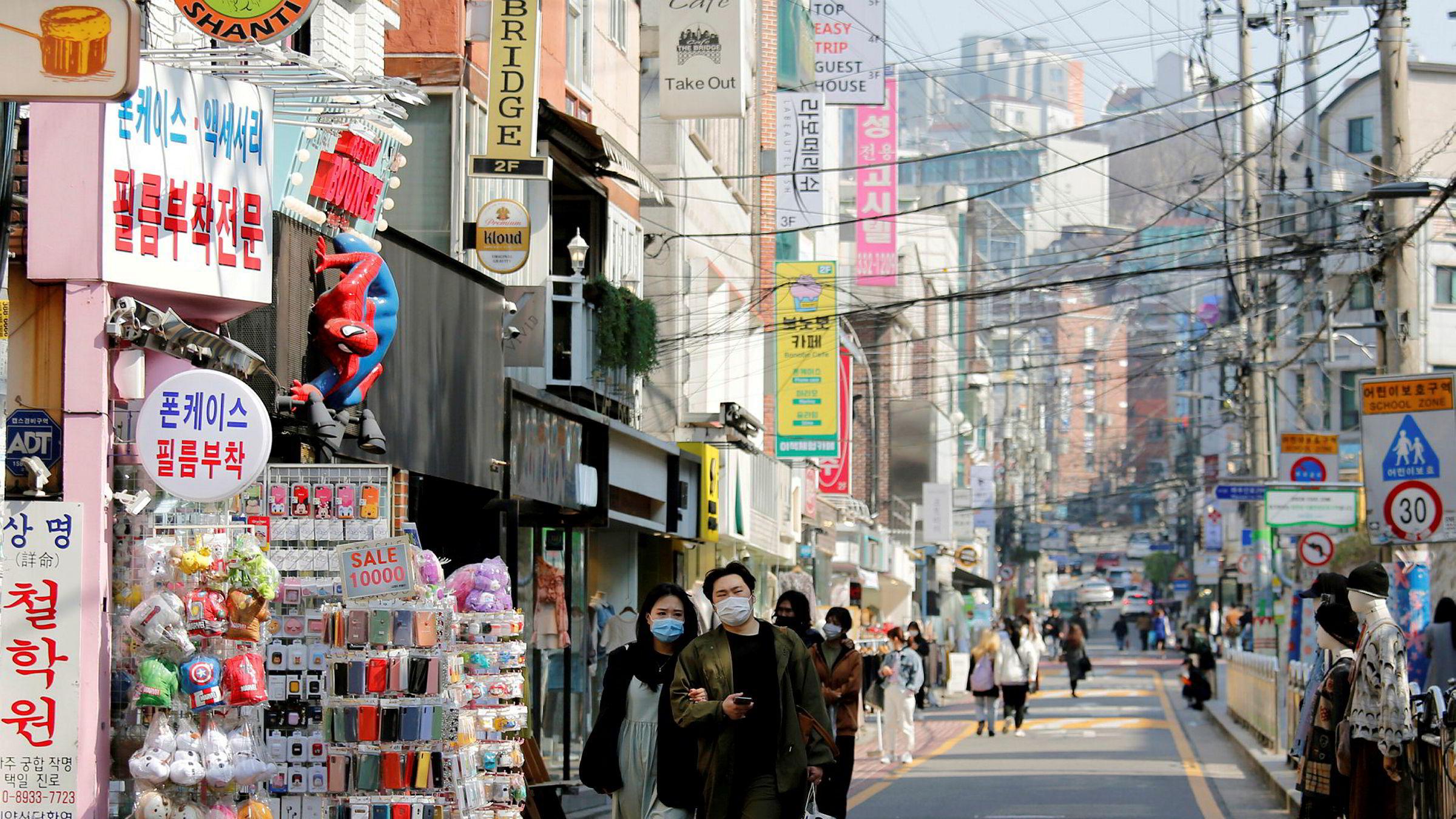 Tallenes tale er klar: 174 er så langt døde i Sør-Korea, mens Spania med litt mindre befolkning har 10.000 døde, skriver Erik Solheim. Gatebilde fra Seoul fredag 3. april.