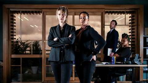 Nordisk noir eller happy noir? Det blir litt av begge deler når Victoria Woll (Tone Mostraum, t.v.) og makkeren Ayla (Iselin Shumba Skjævesland) løser blodsprutende kriminalsaker på løpende bånd.