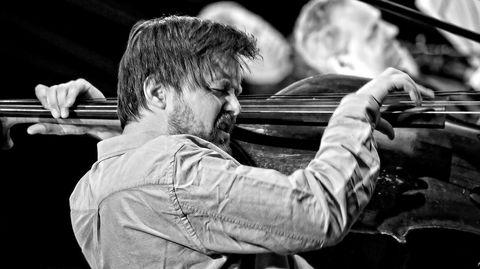 Ole Morten Vågan har med «Plastic Wave» skrevet en snodig blanding av storbandfrijazz, episk teateroppsetning og meget groovy rockeopera, mener DNs anmelder.