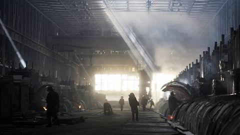 Samrøre. I et av verdens mest korrupte land, Tadsjikistan, ligger dette smelteverket for aluminium, som er den største enkelte bidragsyteren til landets økonomi. Hydro har forhandlet med politisk eksponerte personer for å få på plass avtaler med smelteverket. Foto: Nozim Kalandrov / Reuters / NTB Scanpix