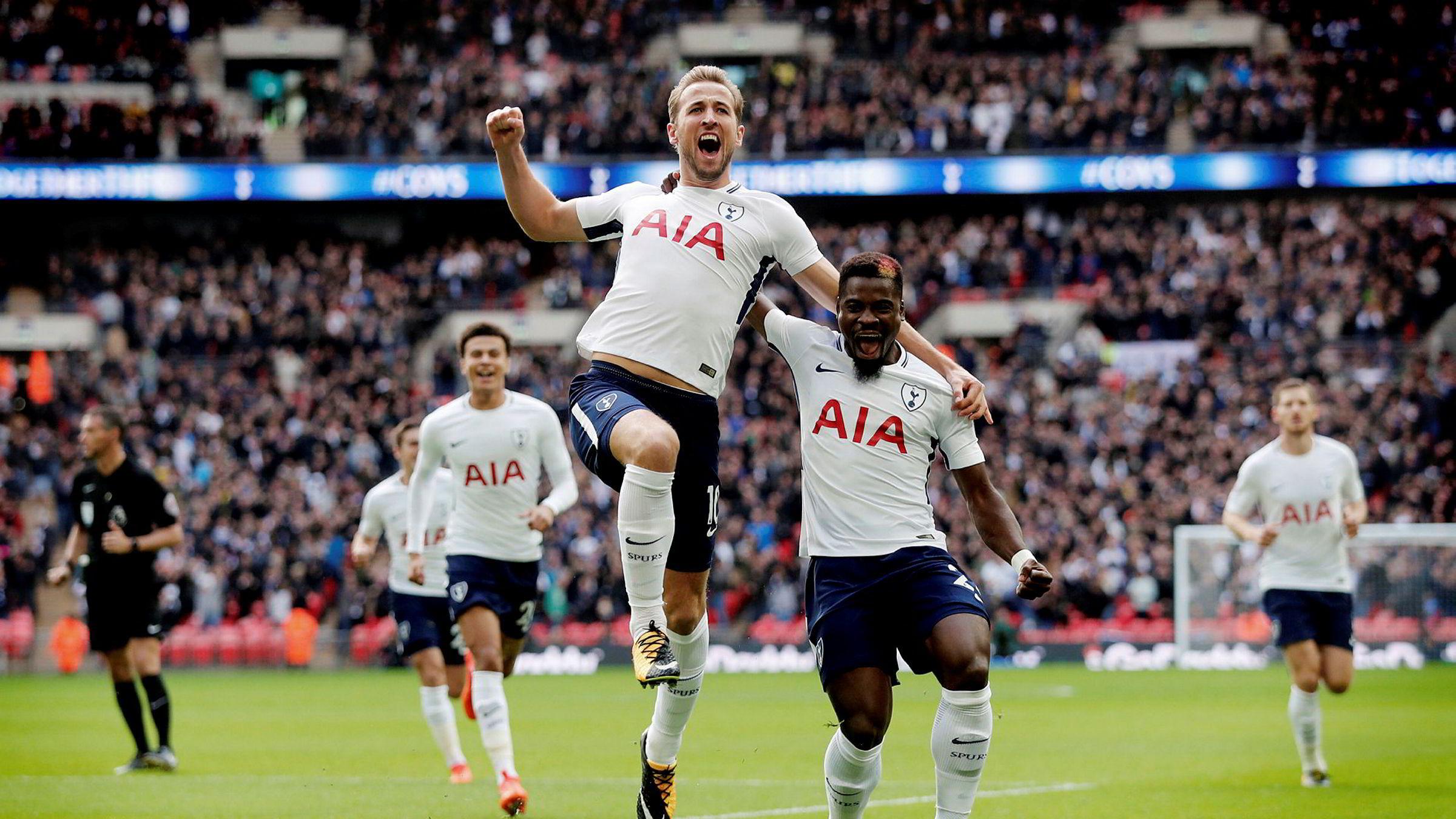 Premier Leagues toppscorer, Tottenham-spissen Harry Kane (midten), jubler sammen med lagkamerat Serge Aurier etter en scoring mot Liverpool tidligere i høst.