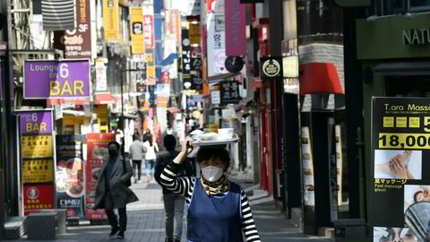 Sør-Korea bruker tele- og kredittkortinformasjon og ulike apper og annen teknologi i kampen mot smittespredning. Samfunnet har ikke vært nedstengt. Bildet er fra et av handlestrøkene i Seoul 23. april.