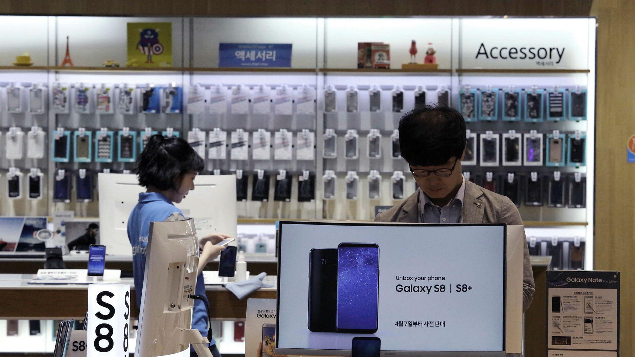 Samsung Electronics har lagt bak seg et rekordkvartal med nesten en dobling av resultatet. I Kina må de se seg slått av Huawei og lokale selskaper. Samsung leverer komponenter og dataminne til konkurrentenes modeller.